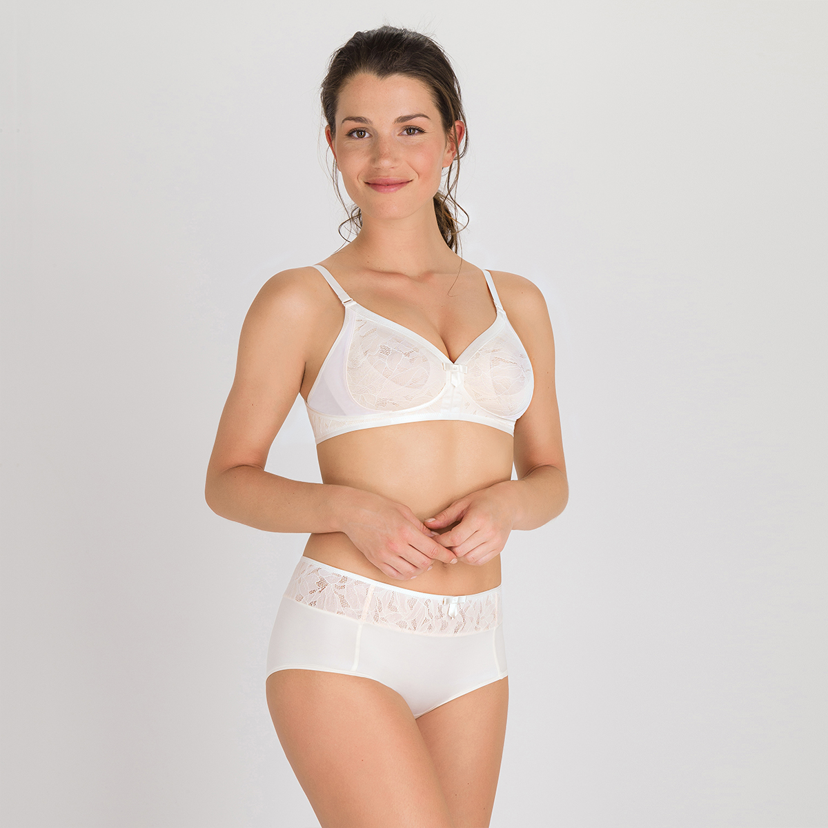 Non-wired bra in white blush - Ideal Beauty Lace, , PLAYTEX